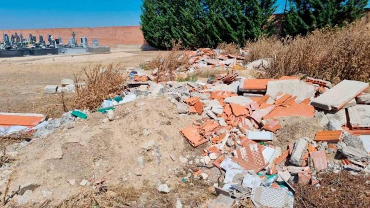 Esquelas.es   EL PP denuncia la acumulación de escombros en el cementerio de Peñaranda de Bracamonte