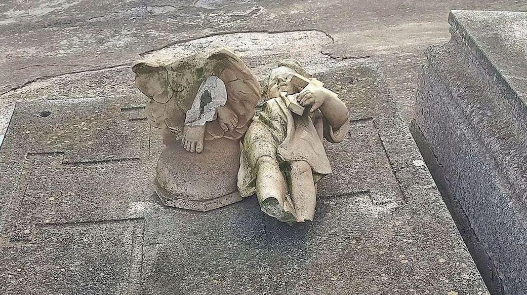 Esquelas.es | Una concejal de MC Cartagena, exige la retirada de una escultura rota aparecida sobre una tumba del cementerio