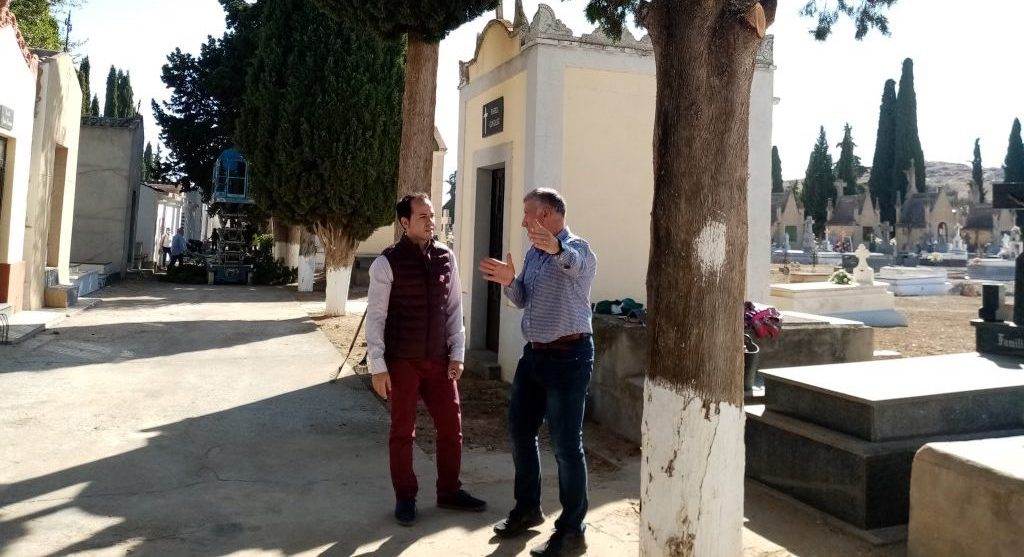 Esquelas.es | Comienza la poda y saneamiento de todos los árboles del cementerio de Herencia